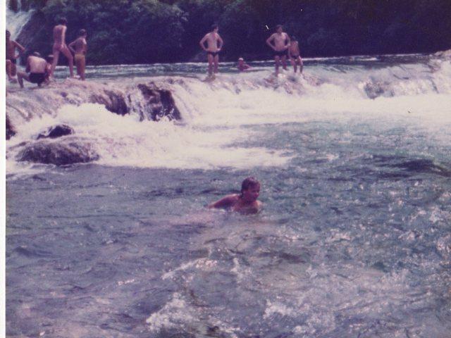 Vorne im Wasser, dass bin ich im Alter von 16 Jahren