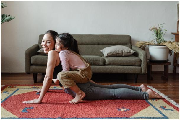 Lockdown, Quelle: https://www.pexels.com/de-de/foto/foto-des-madchens-das-ihre-mutter-beim-yoga-pose-umarmt-4473612/