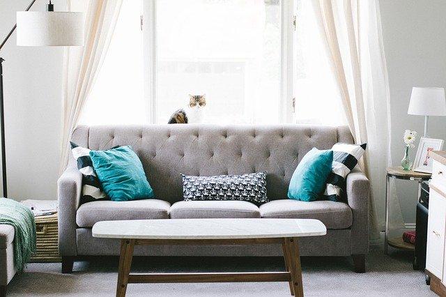 Dekokissen, https://pixabay.com/de/photos/wohnzimmer-sofa-innenarchitektur-2569325/