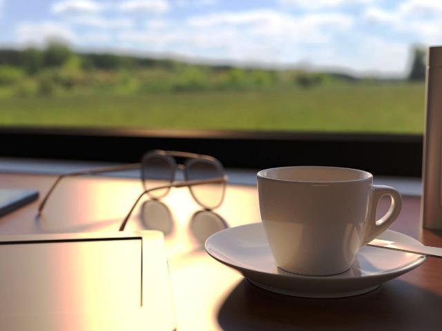 Geschlossene Cafés und zahlreiche Menschen, die im Homeoffice arbeiten, treiben den Kaffeebohnen-Absatz in die Höhe. Ein Kaffeevollautomat sorgt für leckeren Kaffeegenuss auf der heimischen Terrasse.