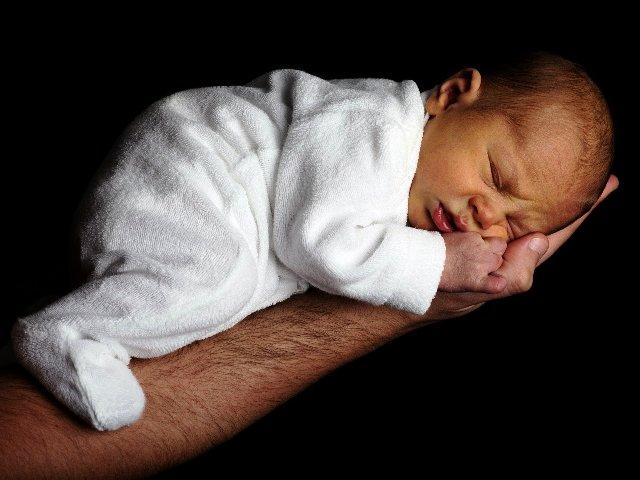Babystrampler, Bild von PublicDomainPictures auf Pixabay